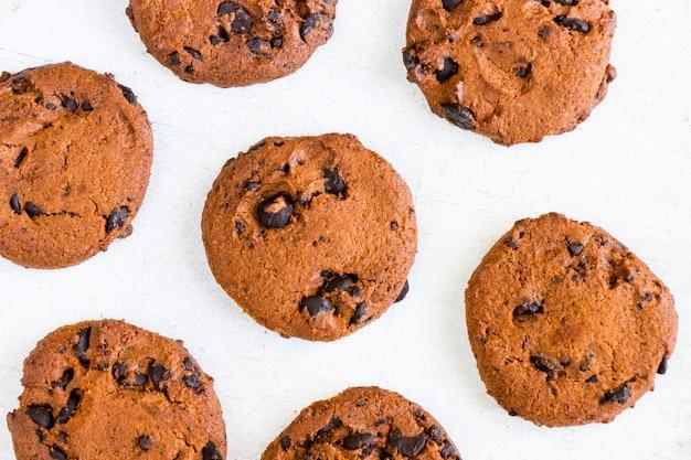 Biscoitos na mesa de madeira branca, vista superior