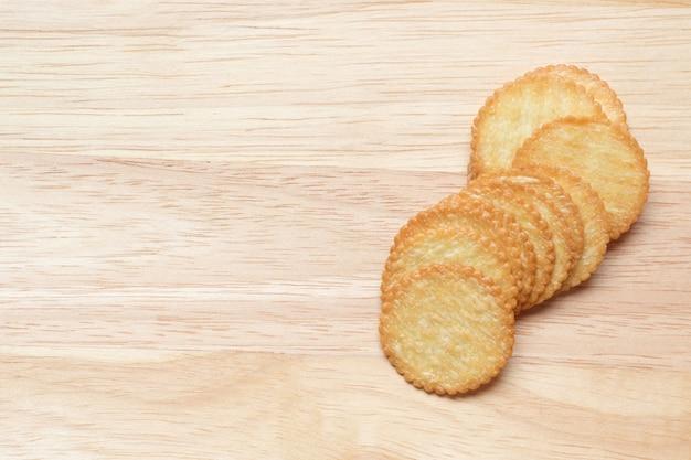 Biscoitos na mesa de madeira e cópia espaço