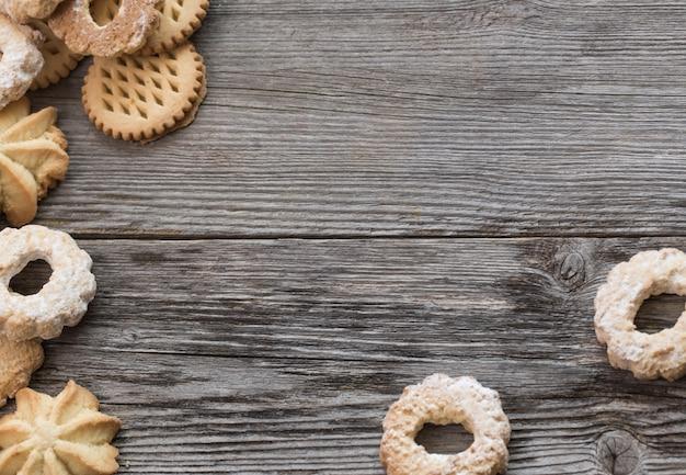 Biscoitos na mesa de madeira