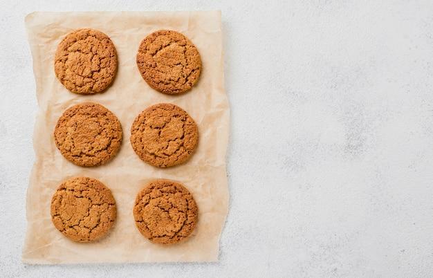 Biscoitos no papel manteiga e cópia espaço fundo