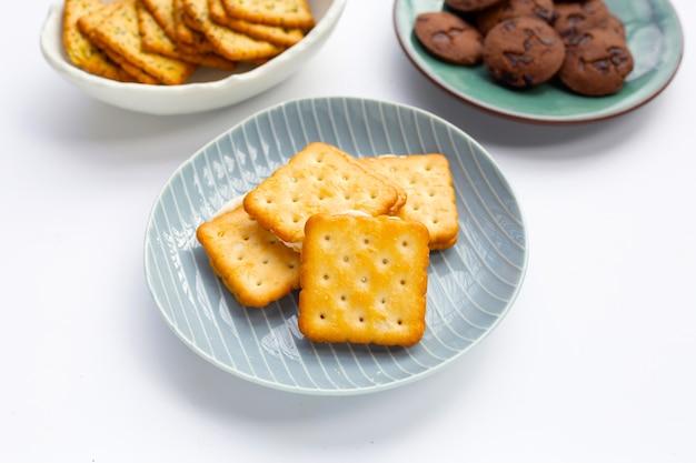 Biscoitos no prato fundo branco.