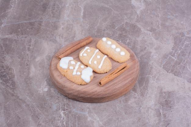 Biscoitos ovais de gengibre com sabor de canela