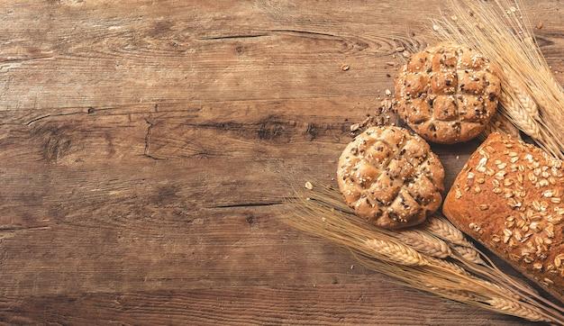 Biscoitos, pão e trigo na mesa