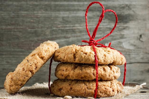 Biscoitos para o dia dos namorados com corda vermelha em forma de coração