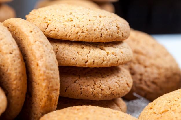 Biscoitos porosos assados com aveia