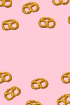 Biscoitos pretzels no espaço de cópia de fundo rosa