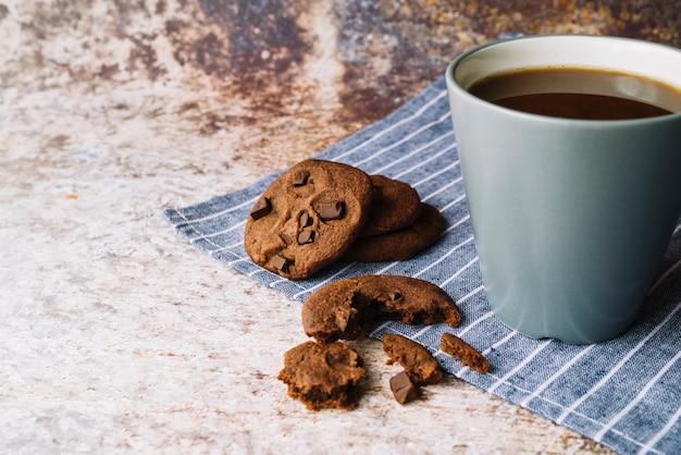 Biscoitos quebrados com café no pano de fundo rústico