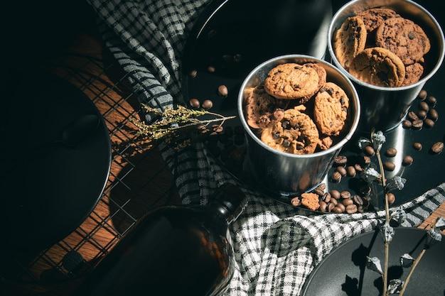 Biscoitos quentes biscoito doce deserto com jantar de comida decoração vintage na manhã de mesa
