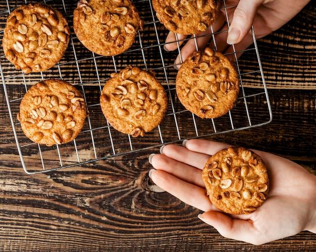 Biscoitos recém-assados com nozes