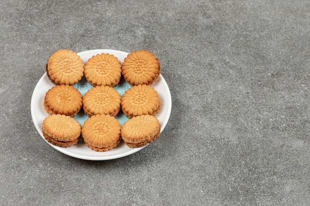 Biscoitos recheados com creme no prato branco