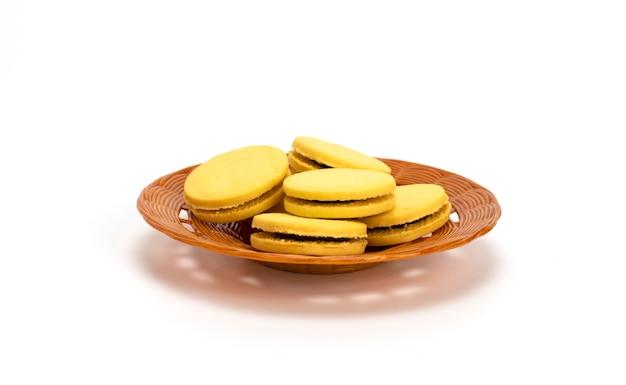 Biscoitos recheados em um prato de plástico isolado em um fundo branco