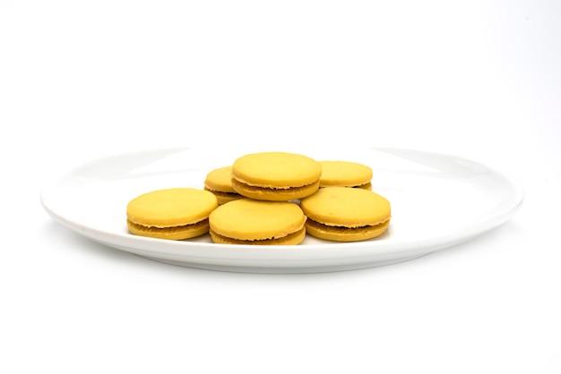 Biscoitos recheados em um prato isolado em um fundo branco