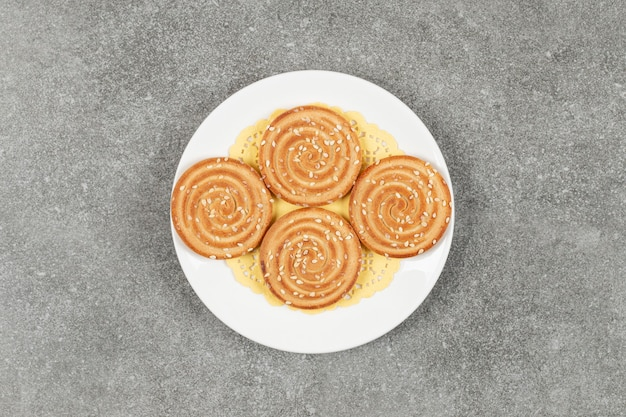 Biscoitos redondos com sementes de gergelim em prato branco