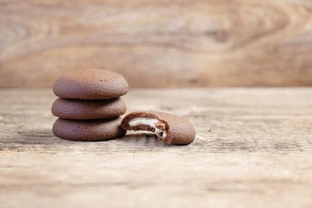 Biscoitos redondos de chocolate em um fundo de madeira