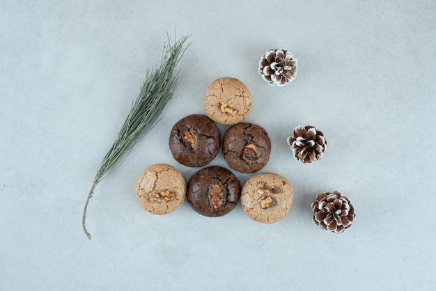 Biscoitos redondos deliciosos com pinhas de natal.