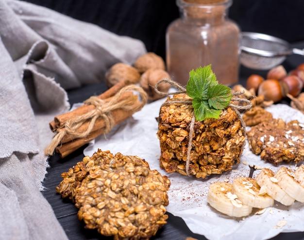 Biscoitos redondos feitos de flocos de aveia e bananas