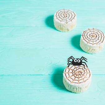 Biscoitos saborosos com aranha de decoração