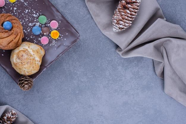 Biscoitos saborosos com balas de geleia e árvore de natal