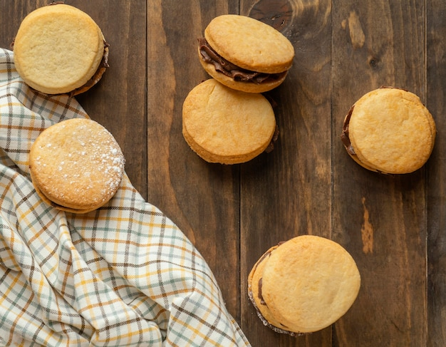 Biscoitos saborosos com creme de vista de cima