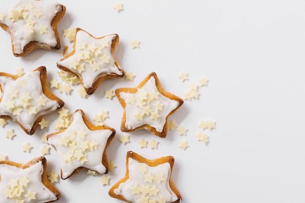 Biscoitos saborosos com estrelinhas de açúcar