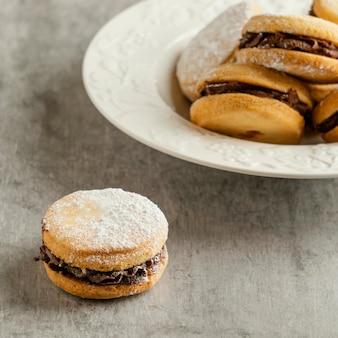 Biscoitos saborosos com recheio de chocolate em ângulo alto