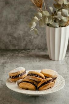 Biscoitos saborosos com recheio de chocolate