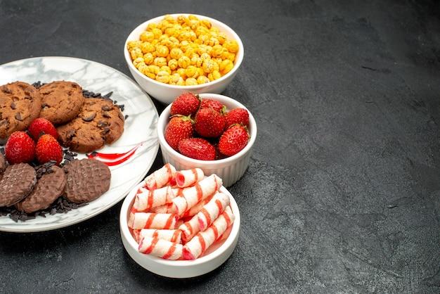 Biscoitos saborosos de chocolate com doces de frente