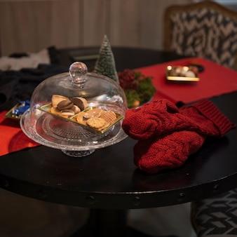 Biscoitos saborosos de close-up em cima da mesa