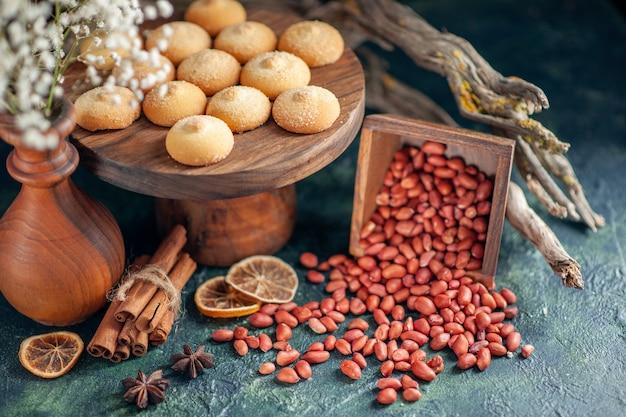 Biscoitos saborosos de vista frontal com amendoim na superfície azul escura
