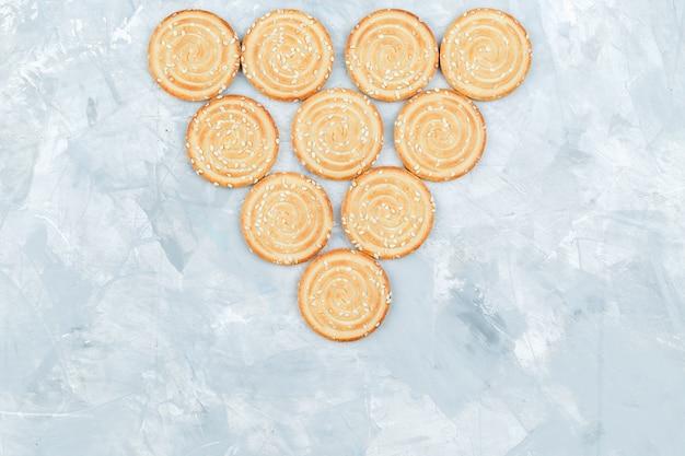 Biscoitos saborosos em fundo sujo