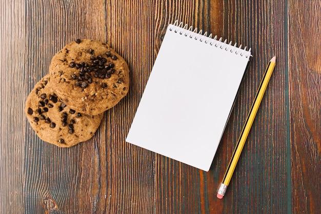 Biscoitos saborosos perto de notebook
