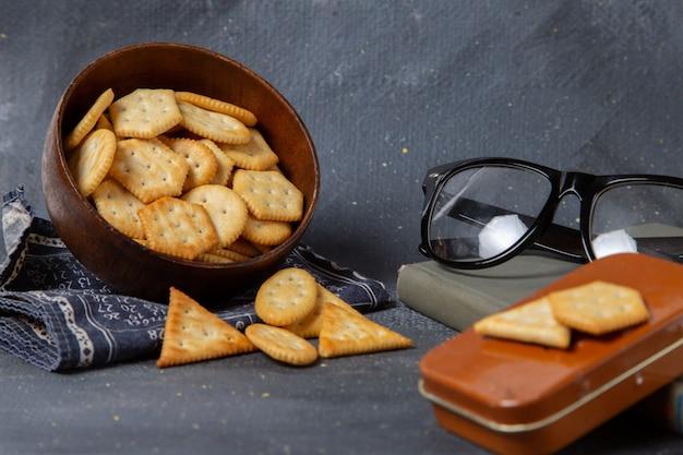 Biscoitos salgados de vista frontal com óculos escuros cinza