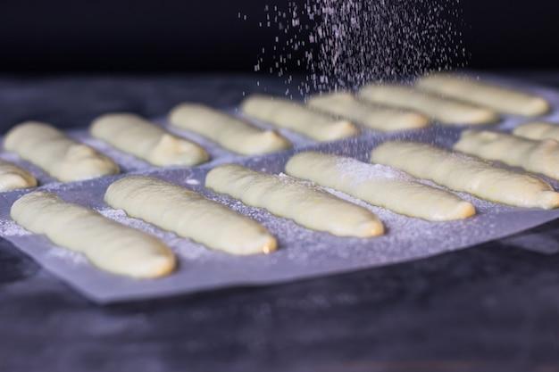 Biscoitos savojardi polvilhados com açúcar de confeiteiro