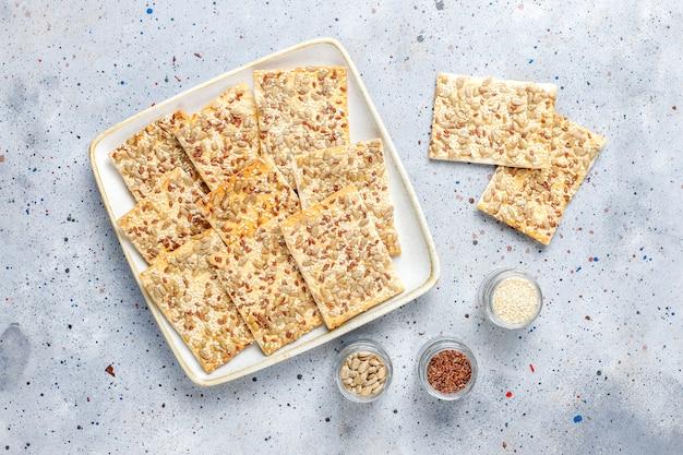 Biscoitos sem glúten cozidos frescos saudáveis com sementes.