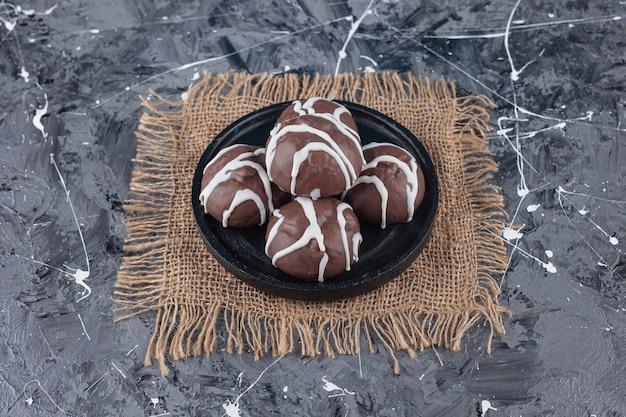 Biscoitos shortbread revestidos em chocolate branco e amargo.