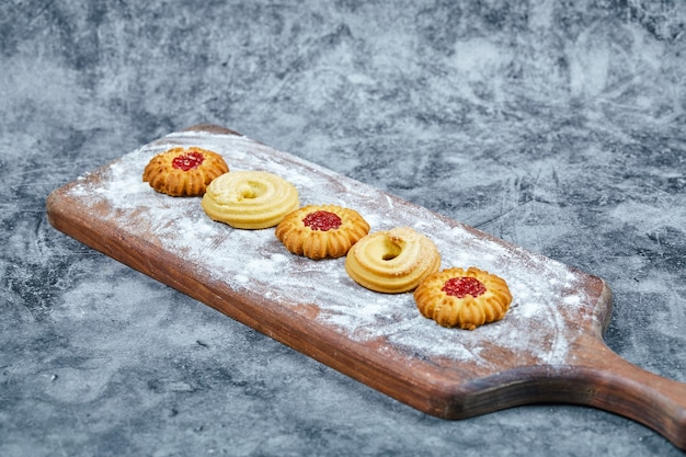 Biscoitos sortidos na placa de madeira e.