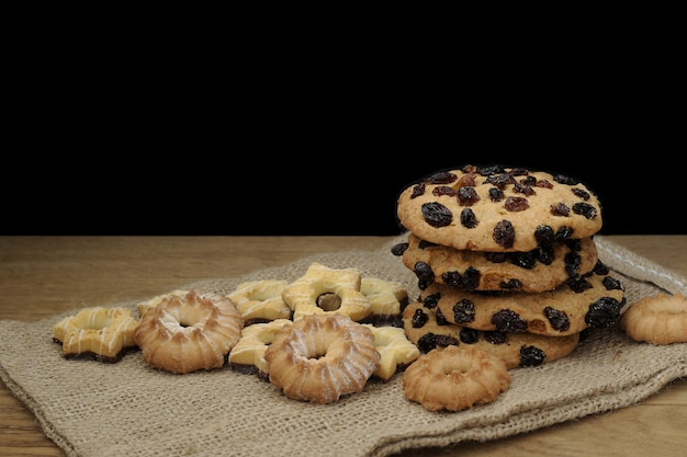 Biscoitos tradicionais em mesa de madeira rústica