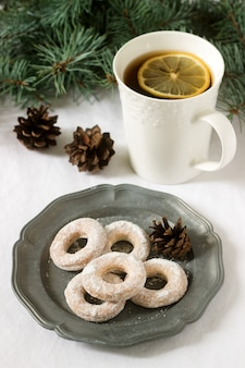 Biscoitos tradicionais romenos ou moldavos de massa quebrada e uma xícara de chá