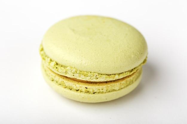Biscoitos verdes do macarrão em um fundo branco, isolado.