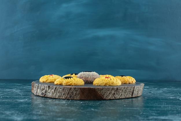 Biscoitos vitrificados em uma placa, no fundo azul. foto de alta qualidade