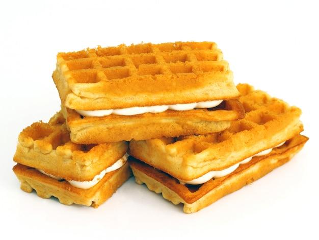 Biscoitos waffle empilhados isolado no fundo branco