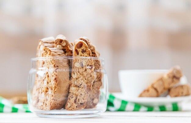 Biscotti sobre um fundo claro. saboroso café da manhã. foco seletivo.