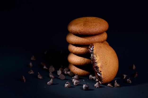 Biscuits - pilha de deliciosos biscoitos de creme recheados com creme de chocolate em fundo preto