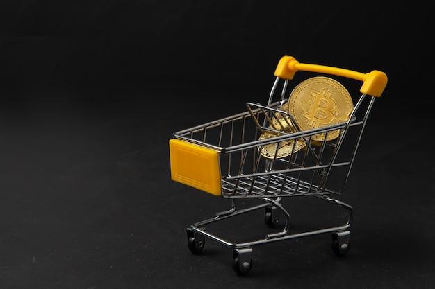 Bit moeda em carrinho amarelo isolado