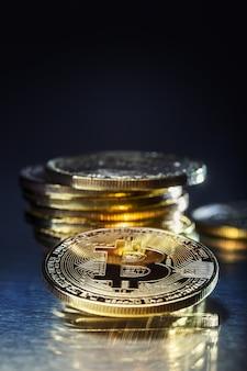 Bitcoin. bitcoins de ouro e prata - criptomoeda virtual.