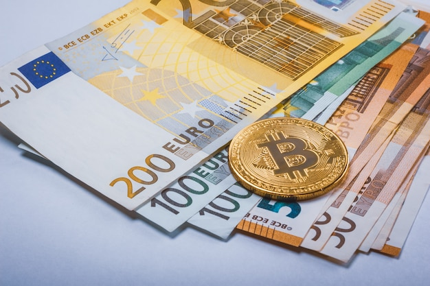 Bitcoin btc e notas de euro em dinheiro