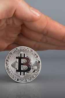 Bitcoin coberto por palma humana. fechar-se