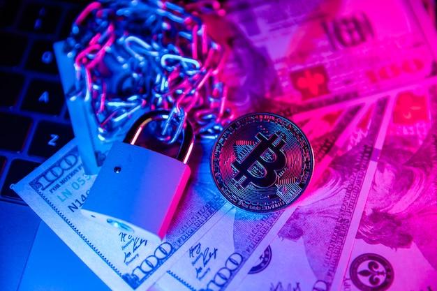 Bitcoin com corrente e cadeado com tema de fraude financeira em dinheiro em dólar
