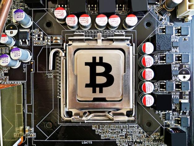 Bitcoin conceito como um chip na placa-mãe