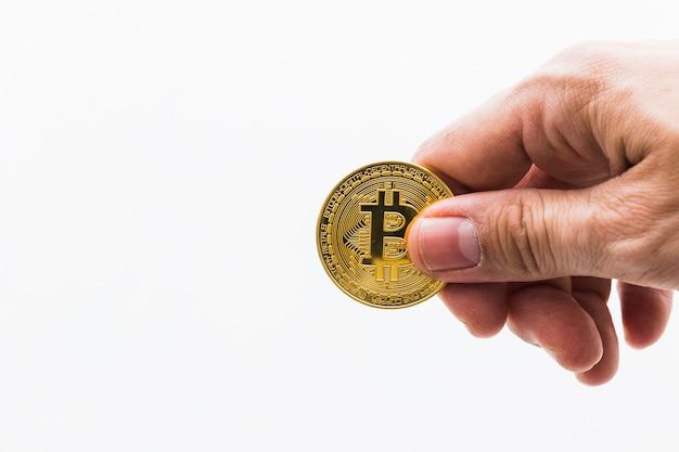 Bitcoin cryptocurrency digital bit coin. mãos, segurando, bitcoin